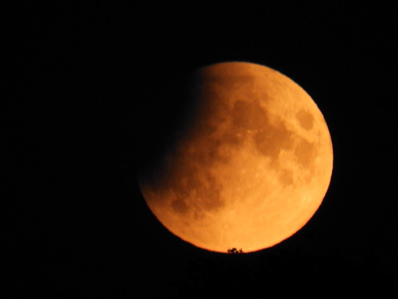 En partiell månförmörkelse kallas inte för en blodmåne, men visst ser den lite röd ut?