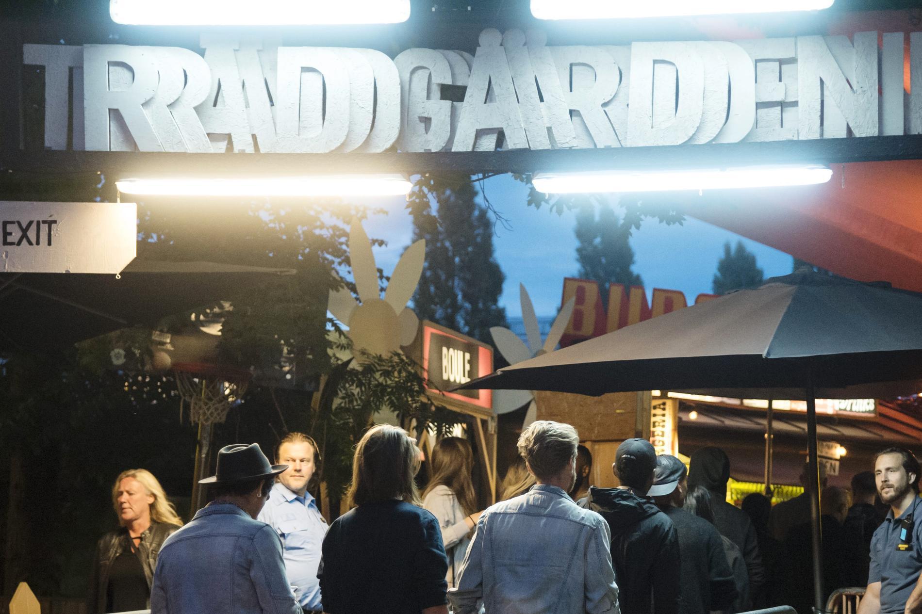 Människor står i kö till nattklubben Trädgården