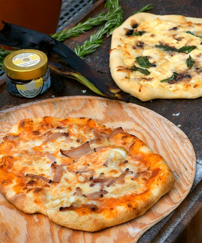 Grillad pizza med tomatsås och flatrökt skinka.