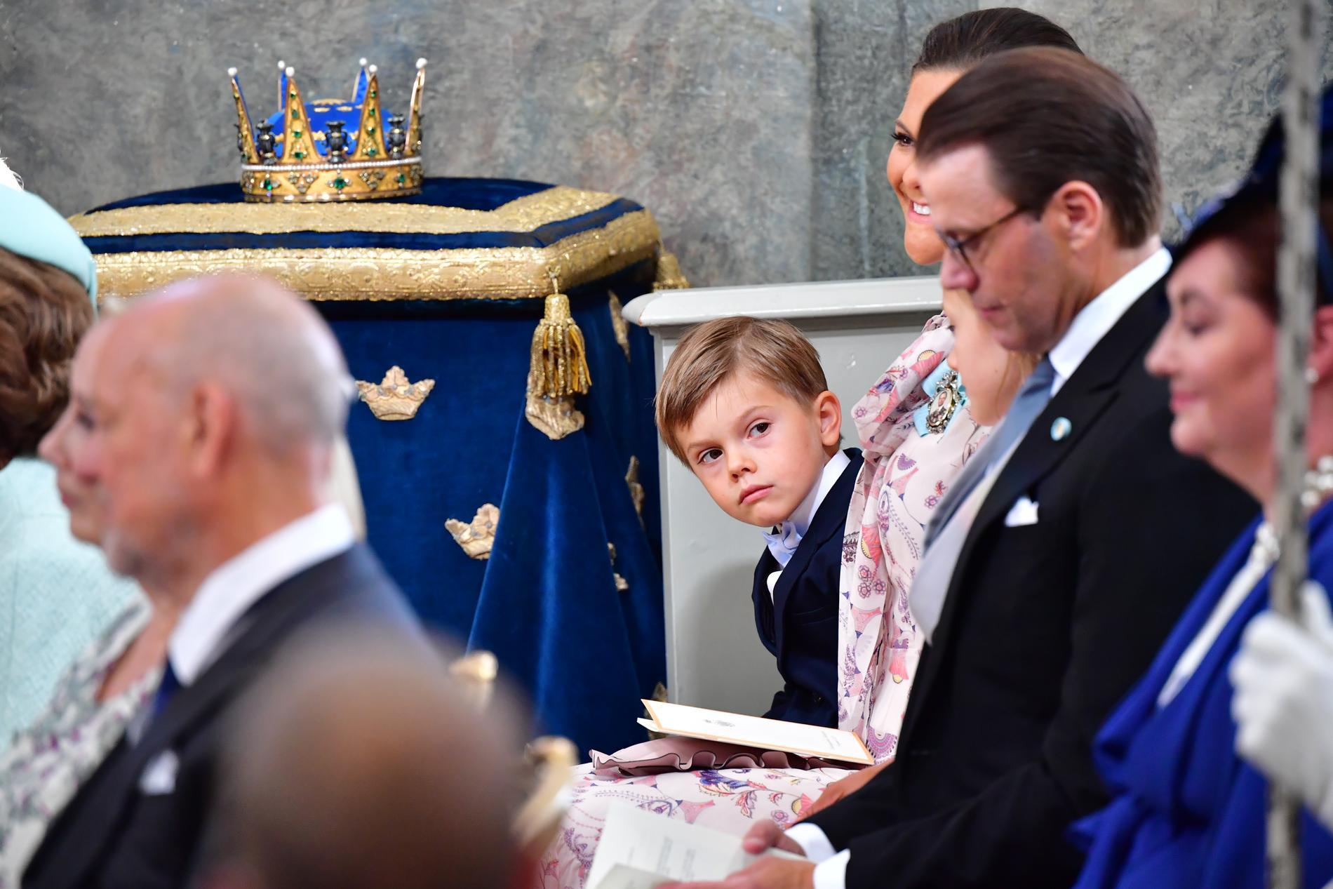 Prins Oscar tittar fram.