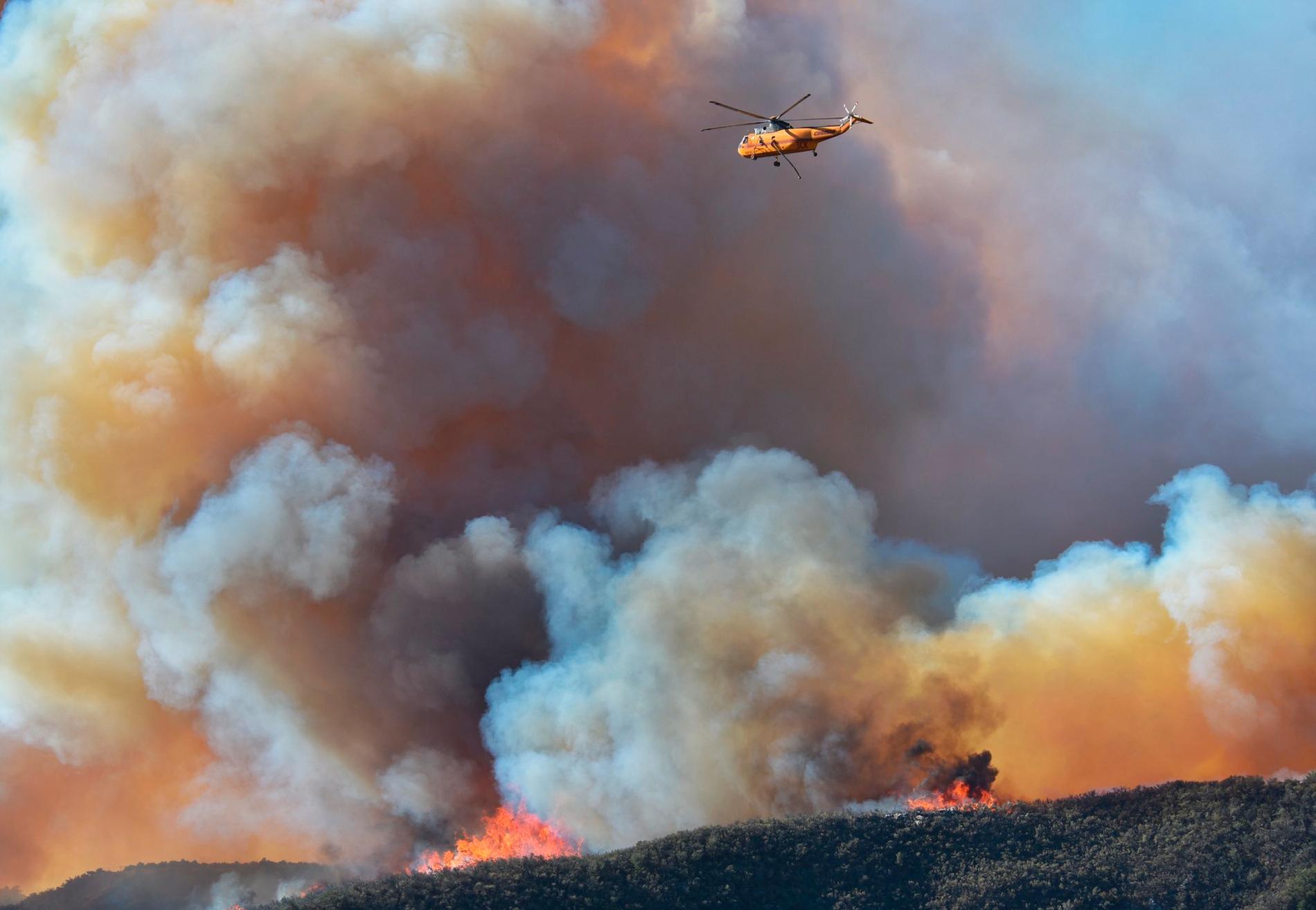 Branden i Santa Barbara County har lett till evakueringar och en stängd viktig motorväg.