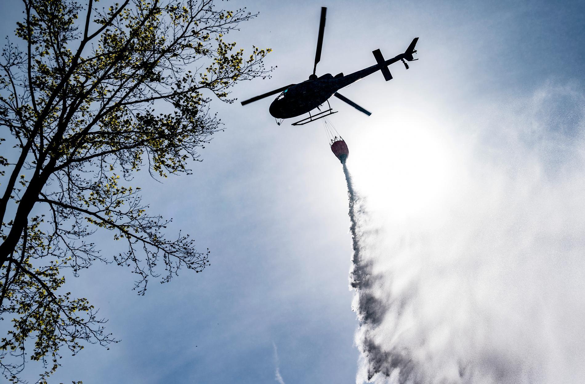 En helikopter användes för att släcka en brand i Strömsunds kommun. Arkivbild.