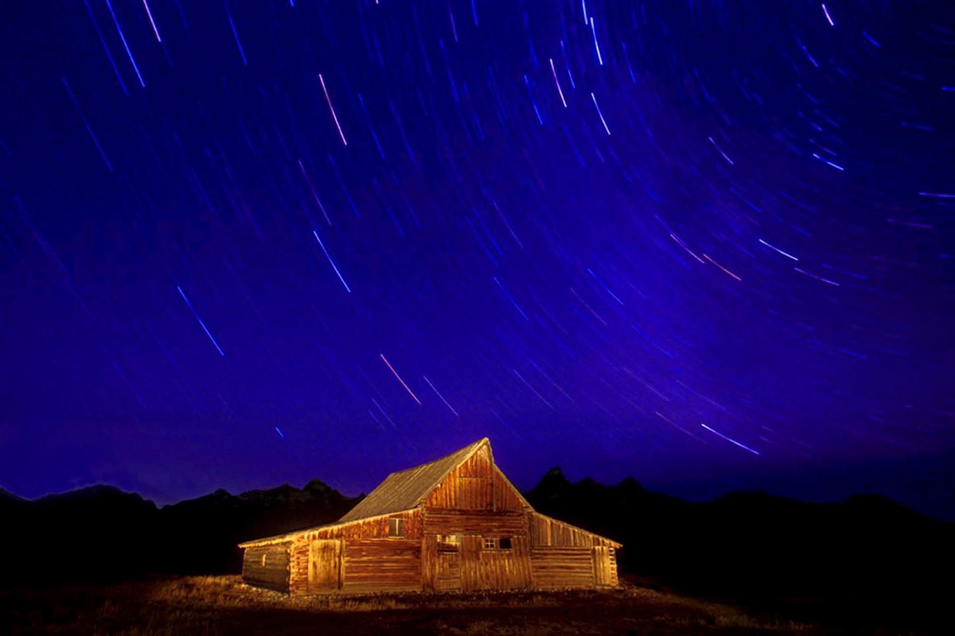 I Sverige syns Perseiderna som stjärnfall på natthimlen varje år den 12 och 13 augusti. Bilden är tagen i Grand Teton National Park, Wyoming, USA. Arkivbild.