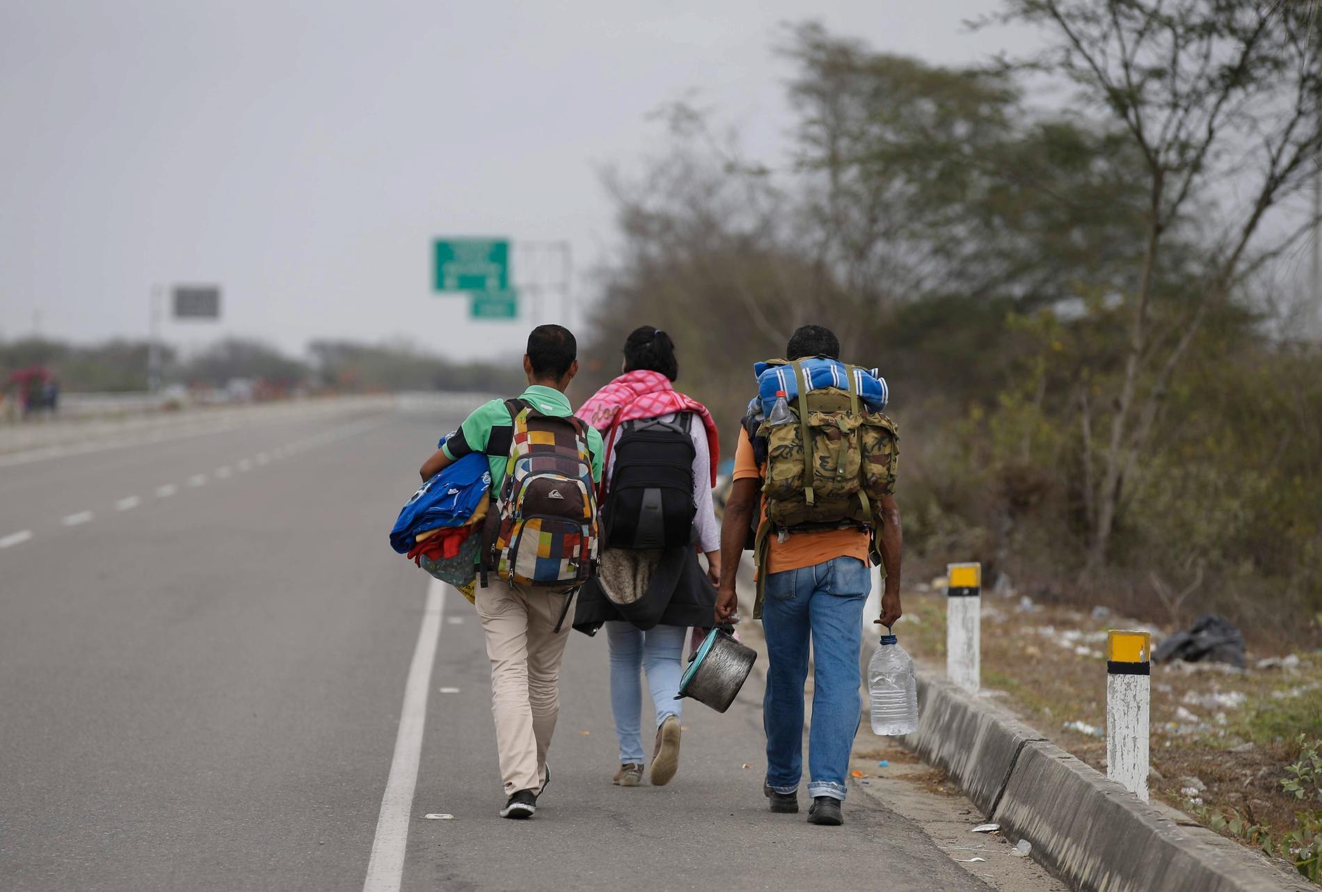 Venezuelanska migranter vandrar längs en motorväg på väg mot Perus huvudstad Lima. Arkivbild.