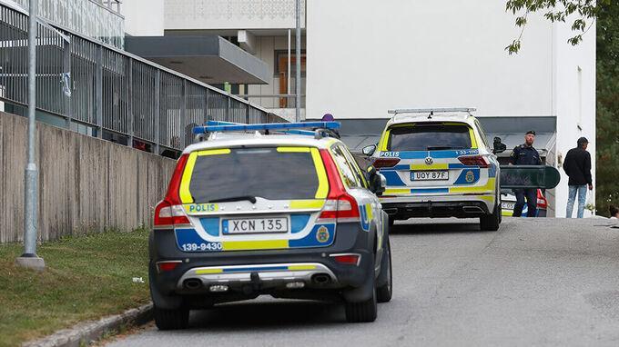 Polis på platsen för skjutningen.