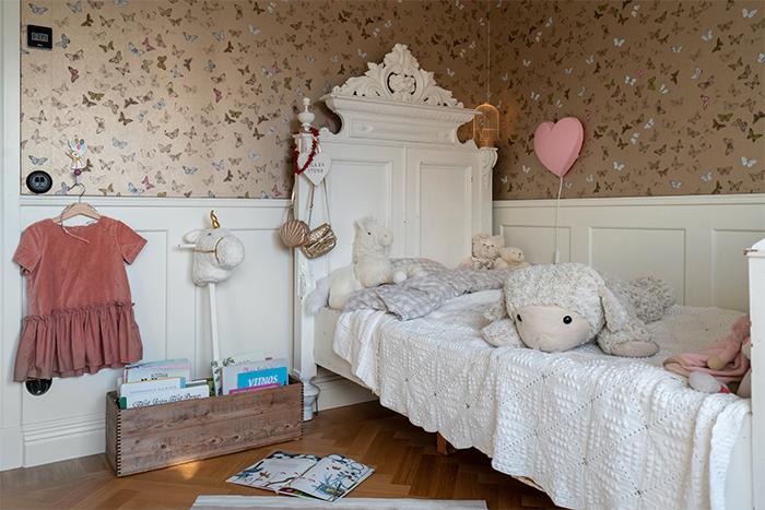 5-åriga Inez blev överlycklig när hon fick sin nya säng och tycker den ser ut som en säng för prinsessor. Säng, second hand via Blocket. Tapet, Butterfly från Mimou.