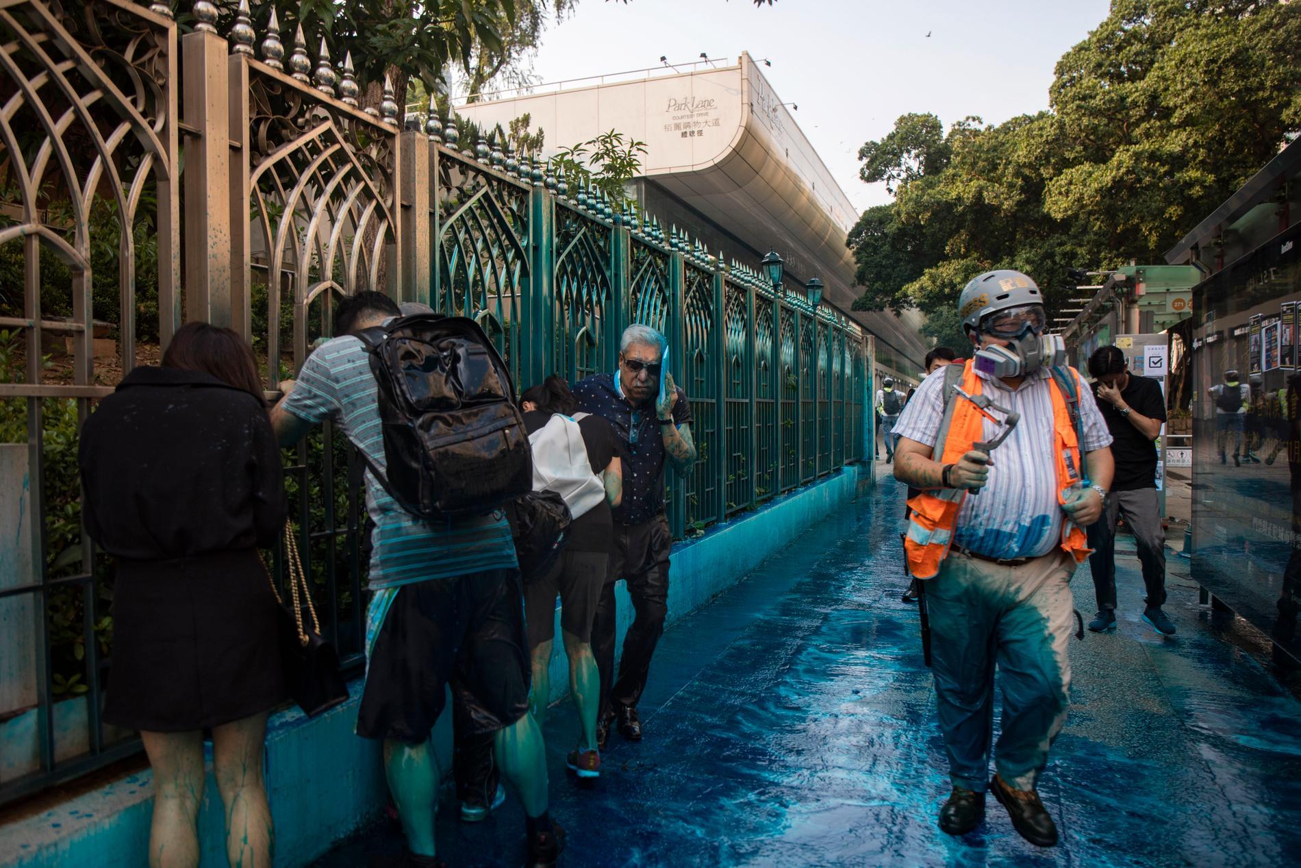 Folk utanför moskén som träffades av polisens vattenkanoner i söndags.