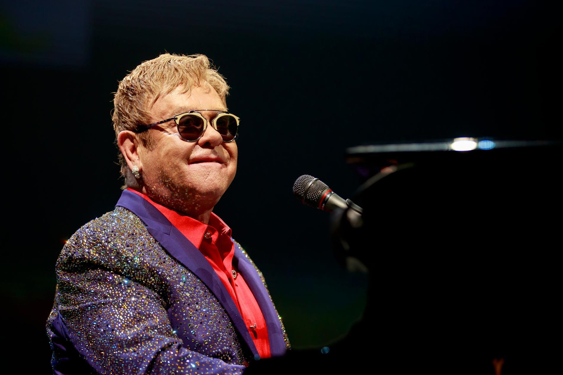 Elton Johns pågående avskedsturné nådde Göteborg redan i maj 2019. På grund av en viss pandemi har Stockholm fått vänta. Det såg ut att bli av den här hösten men nu är de två konserterna på Tele2 Arena flyttade till 7–8 juli 2023.