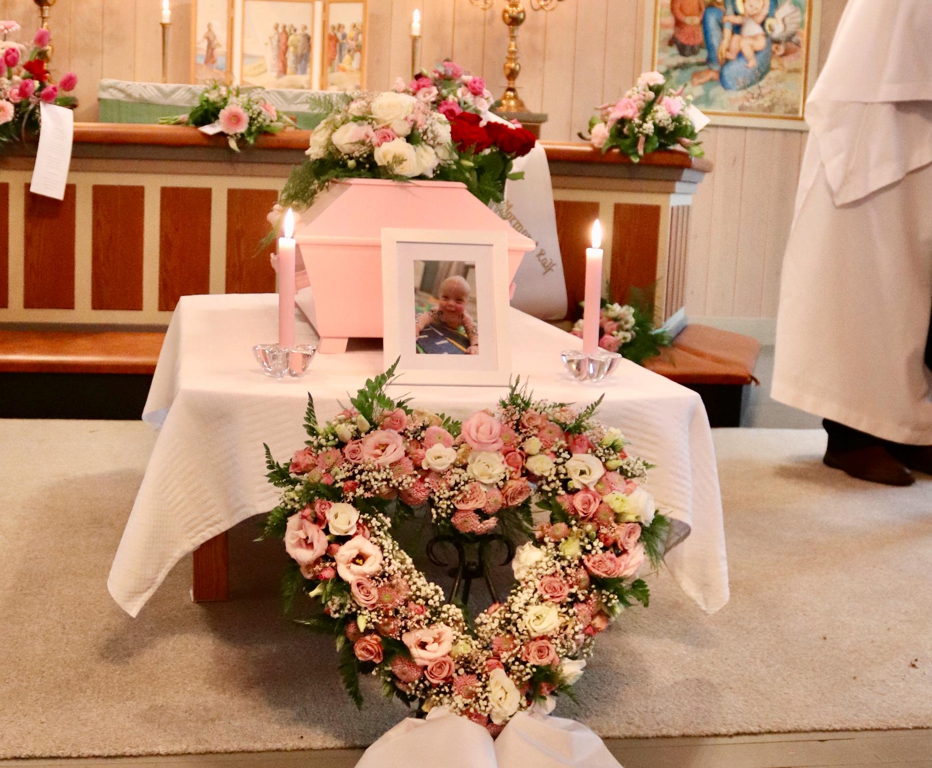 Begravningen hölls för de allra närmaste.