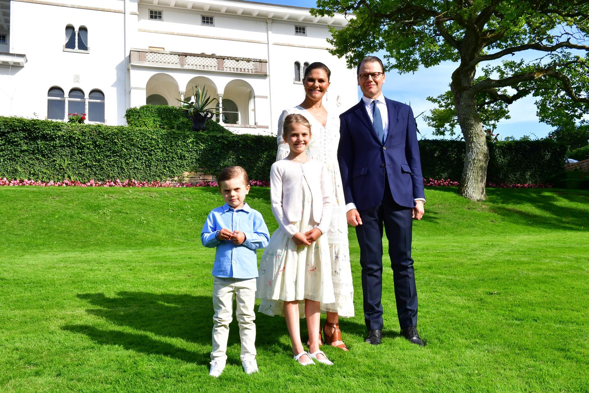 Hela familjen framför Sollidens Slott på Öland. Kanske blir det färre dagar på den avlånga ön framöver och mer tid i Stockholms skärgård?