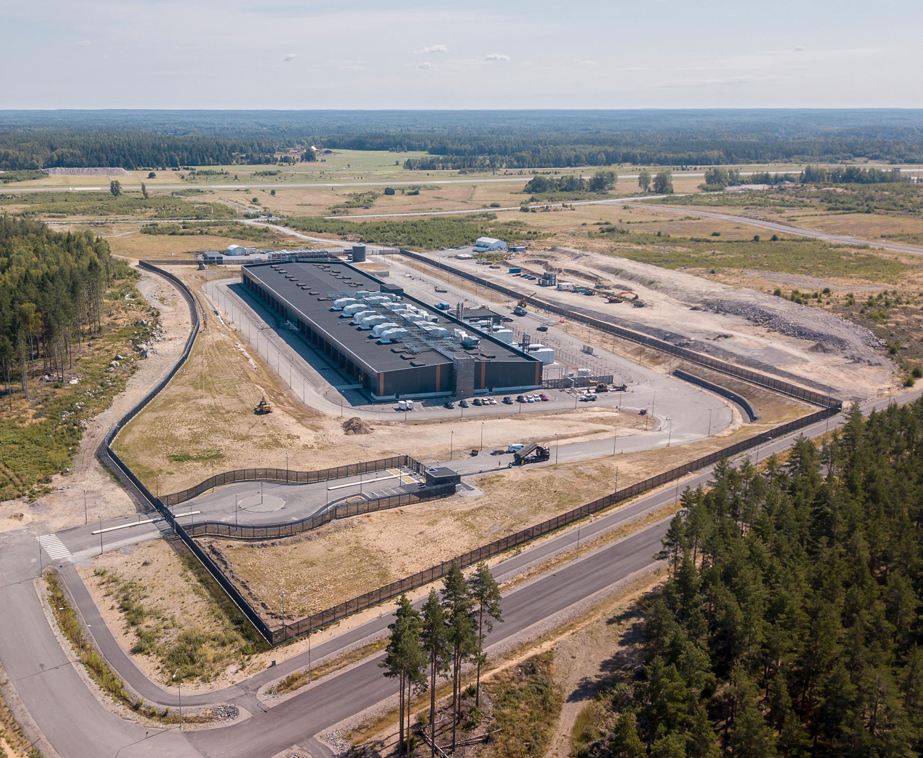 """Amazon planerar totalt tre serverhallar i Eskilstuna.  I dagsläget har man färdigställt vad som i bygglovet beskrivs som """"etapp 1"""", den första serverhallen."""