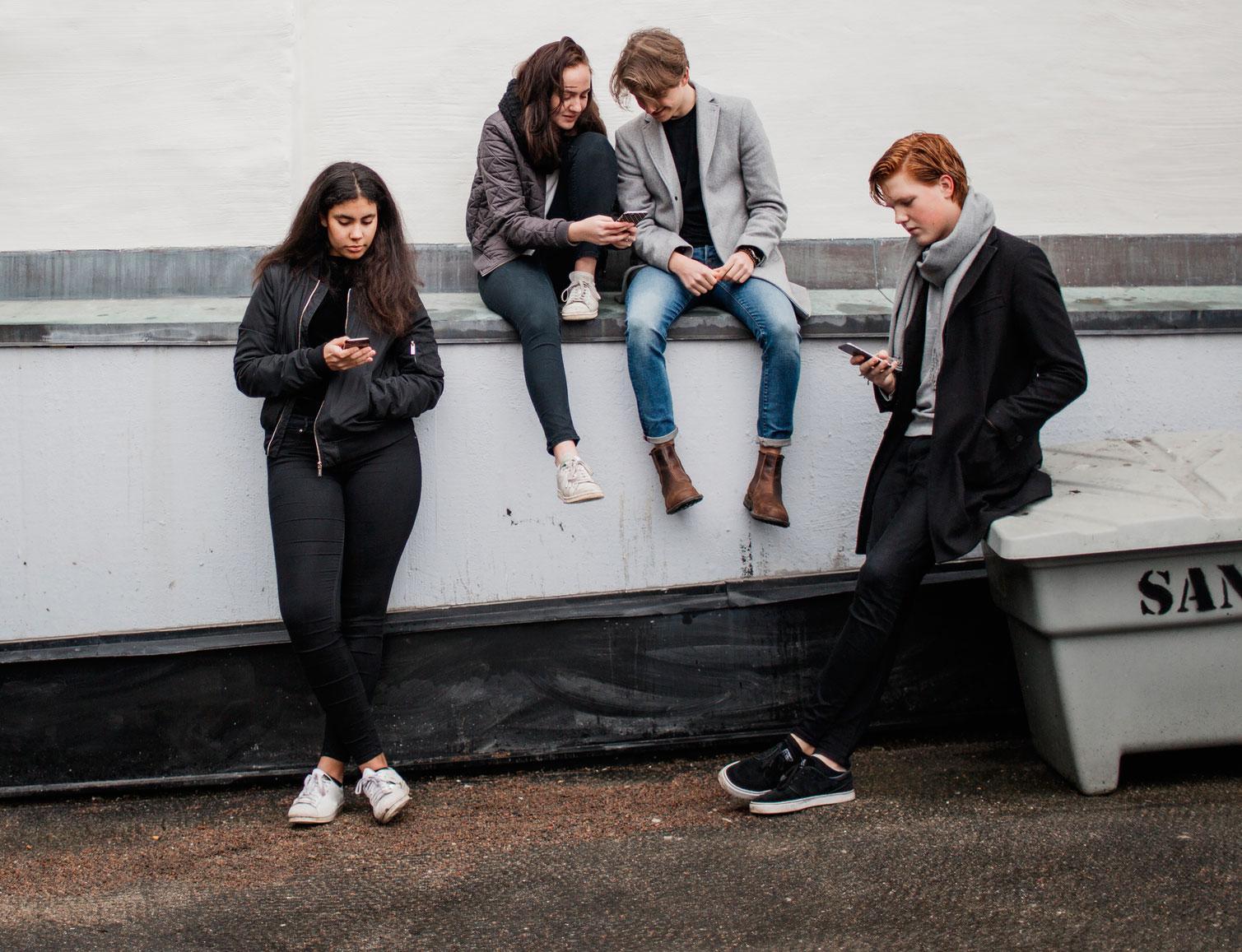 Att gå omkring i korta strumpor som lämnar ankeln bar är en het trend bland ungdomar.