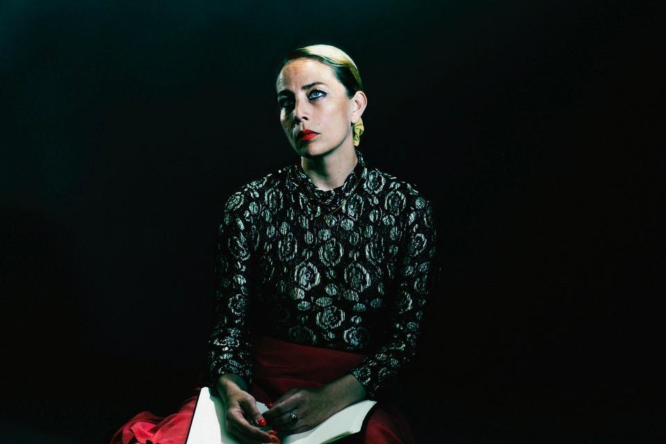 """""""Jag ville att det skulle gå undan och bränna i halsen och värka i fingrarna"""" skriver Jenny Wilson om albumet i ett pressmeddelande."""