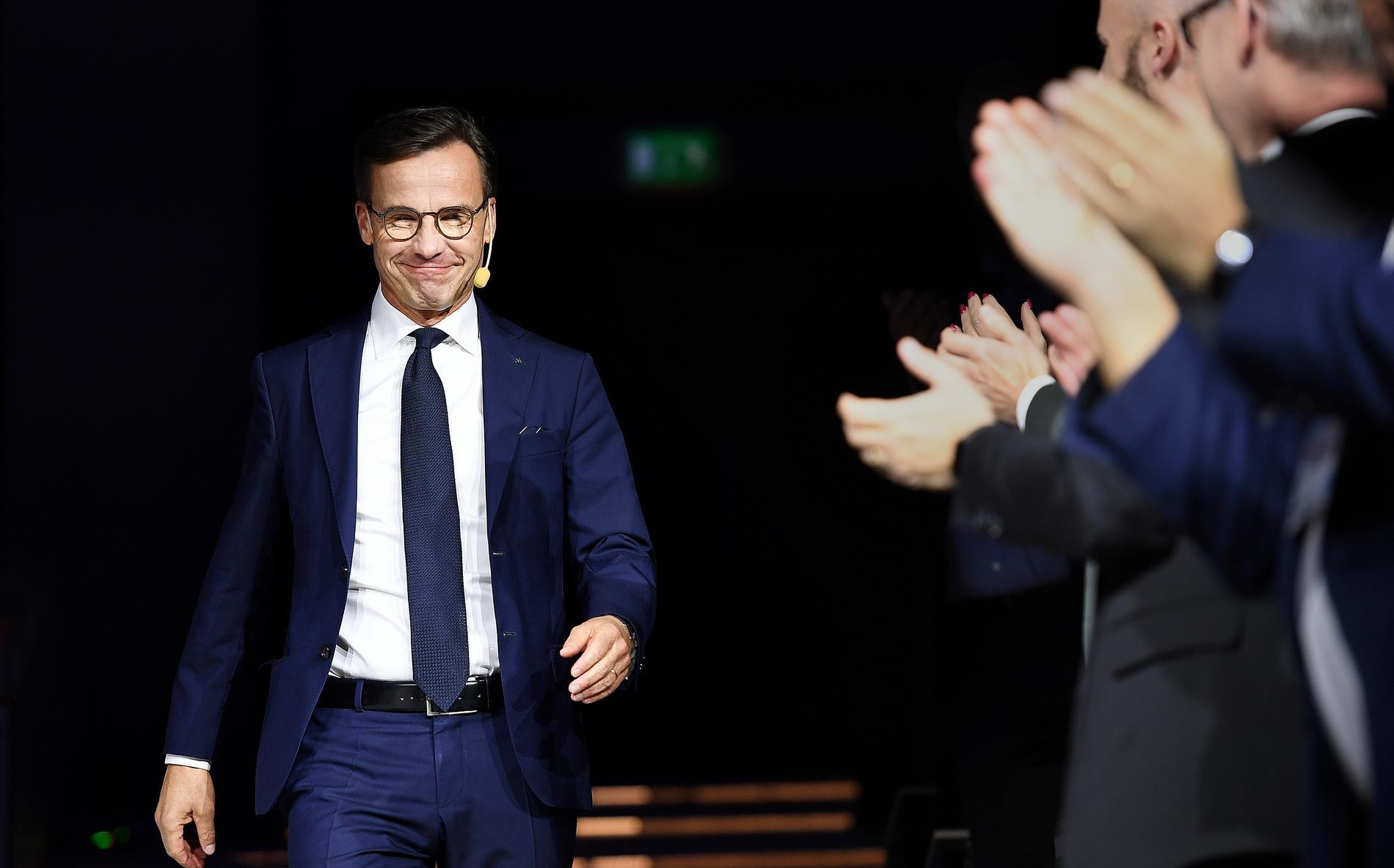 Ulf Kristersson kritiserade regeringen för saktfärdigt agerande ifråga om översynen av LSU. De sex män som klassats som hot mot rikets säkerhet av Säpo hade möjligen kunnat hållas i förvar genom förändringar i LSU, men det skulle inte förändra möjligheterna att verkställa utvisningsbesluten.