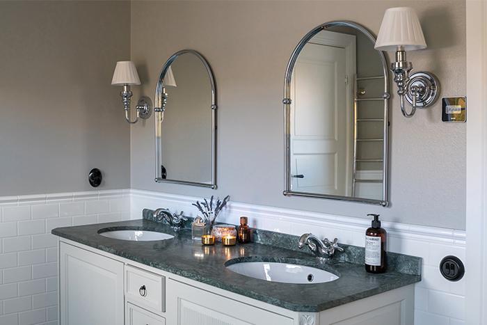 Badrumsspeglarna som är beställda från England och vägglamporna från Burlington ger badrummet gammaldags karaktär. Kommod, Qvesarum.