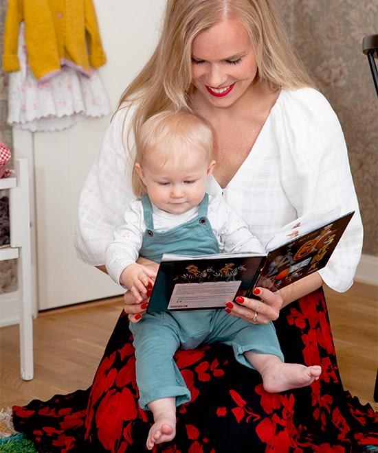 Hanna och dottern Elly läser saga.