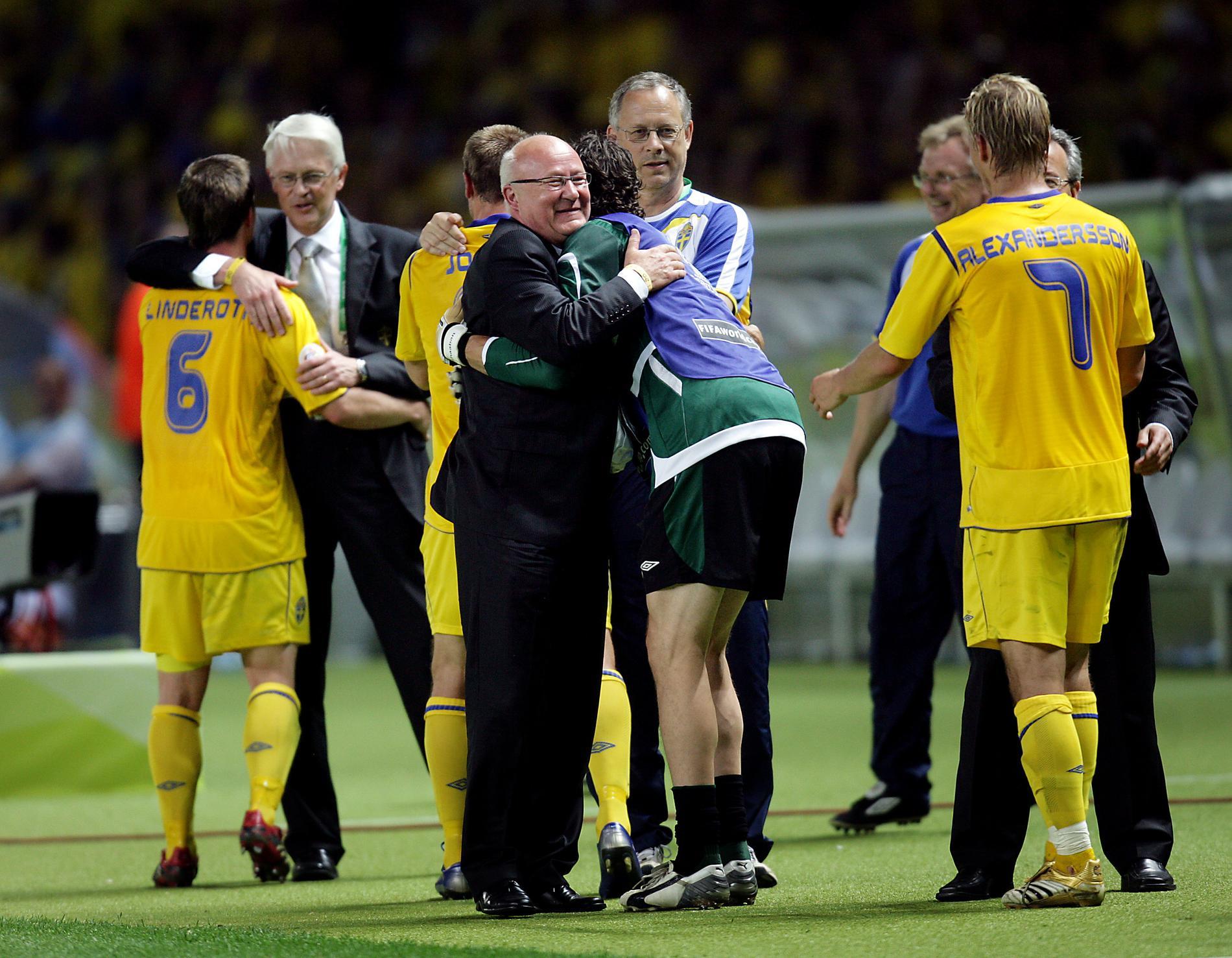 Lars-Åke Lagrell kramar om spelarna efter segern mot Paraguay på Olympiastadion i Berlin i VM 2006.