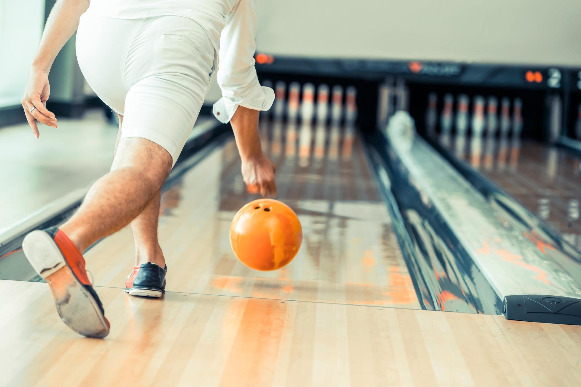 Kasta iväg bowlingklotet och hoppas på en strike.