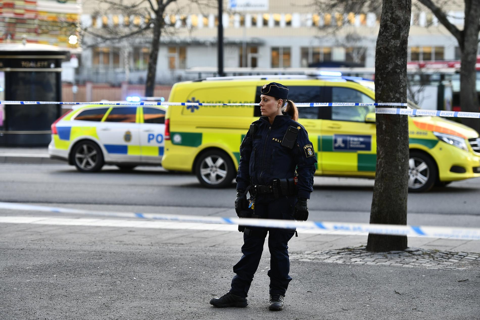 Polisen larmades om en skadad person vid ett torg i Sollentuna centrum klockan 14.12 på torsdagen.
