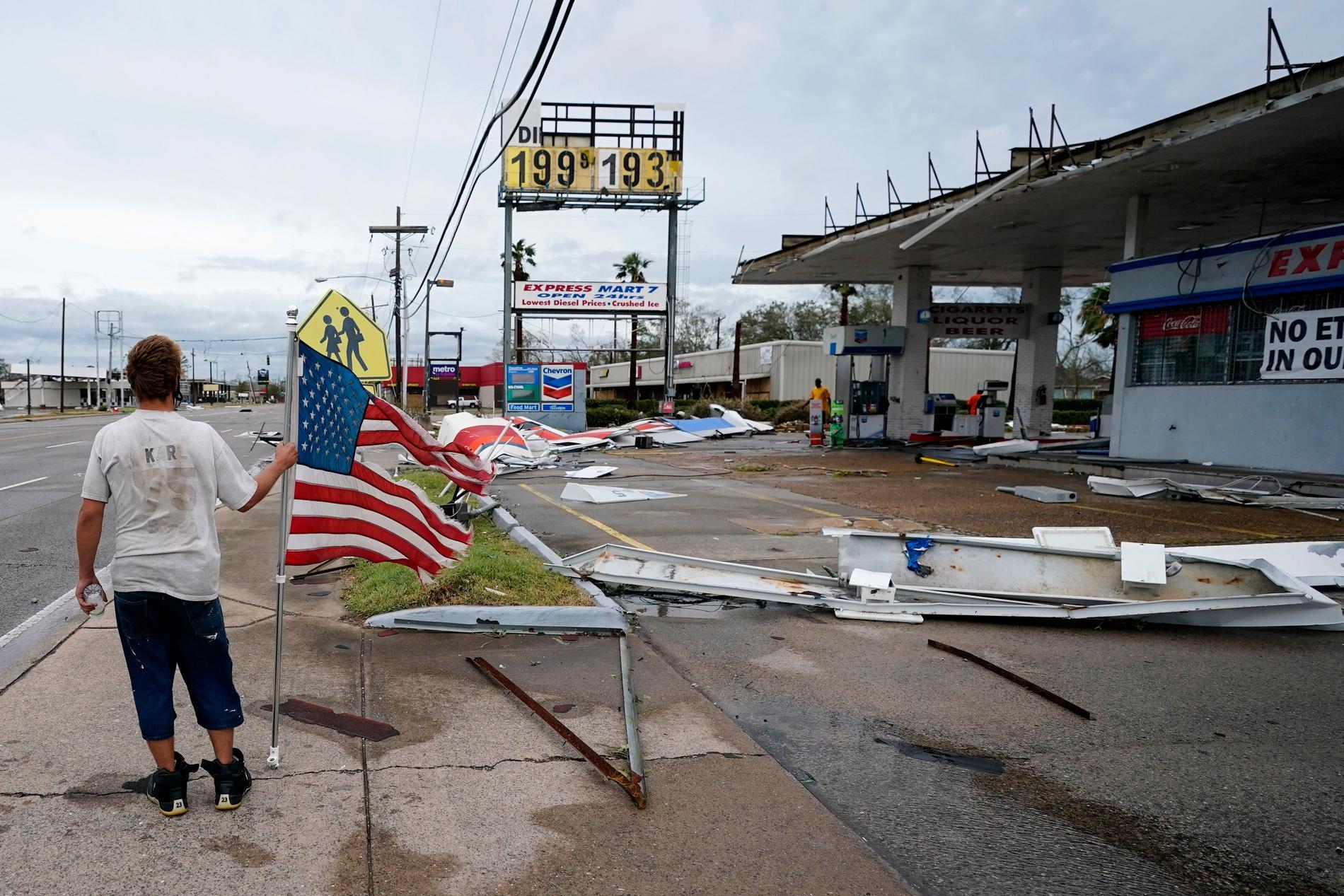Bråte ligger utspridd vid en bensinstation i Lake Charles, Louisiana, efter Lauras framfart.