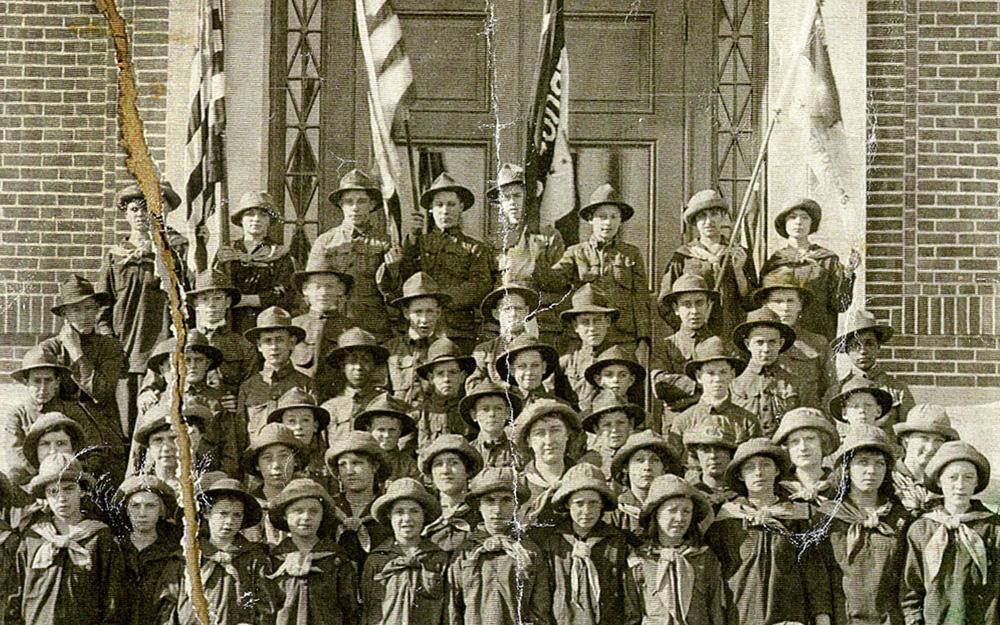 Pojk- och flickscouter poserar för ett foto 1912.