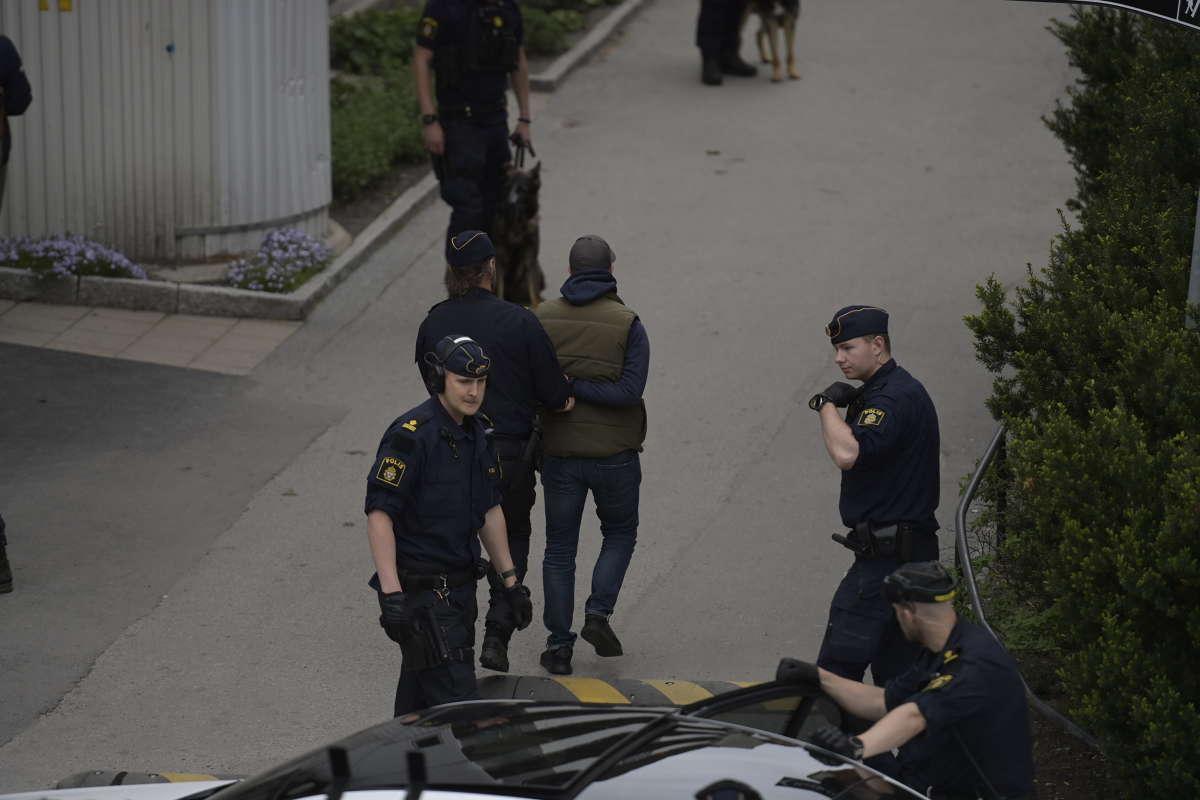 Person förs bort av polis.