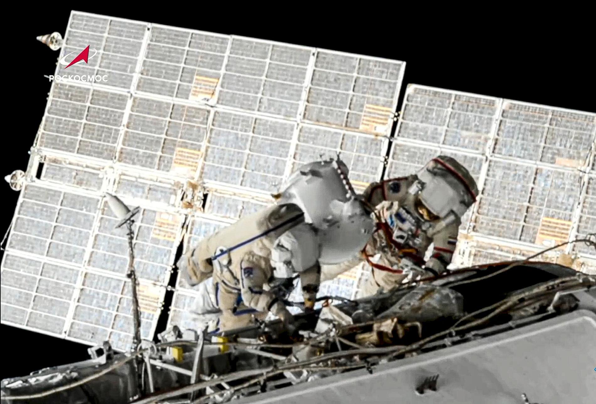 De ryska kosmonatuerna Oleg Novitskij och Piotr Dubrov genomför en rymdpromenad på rymdstationen ISS den 2 juni.