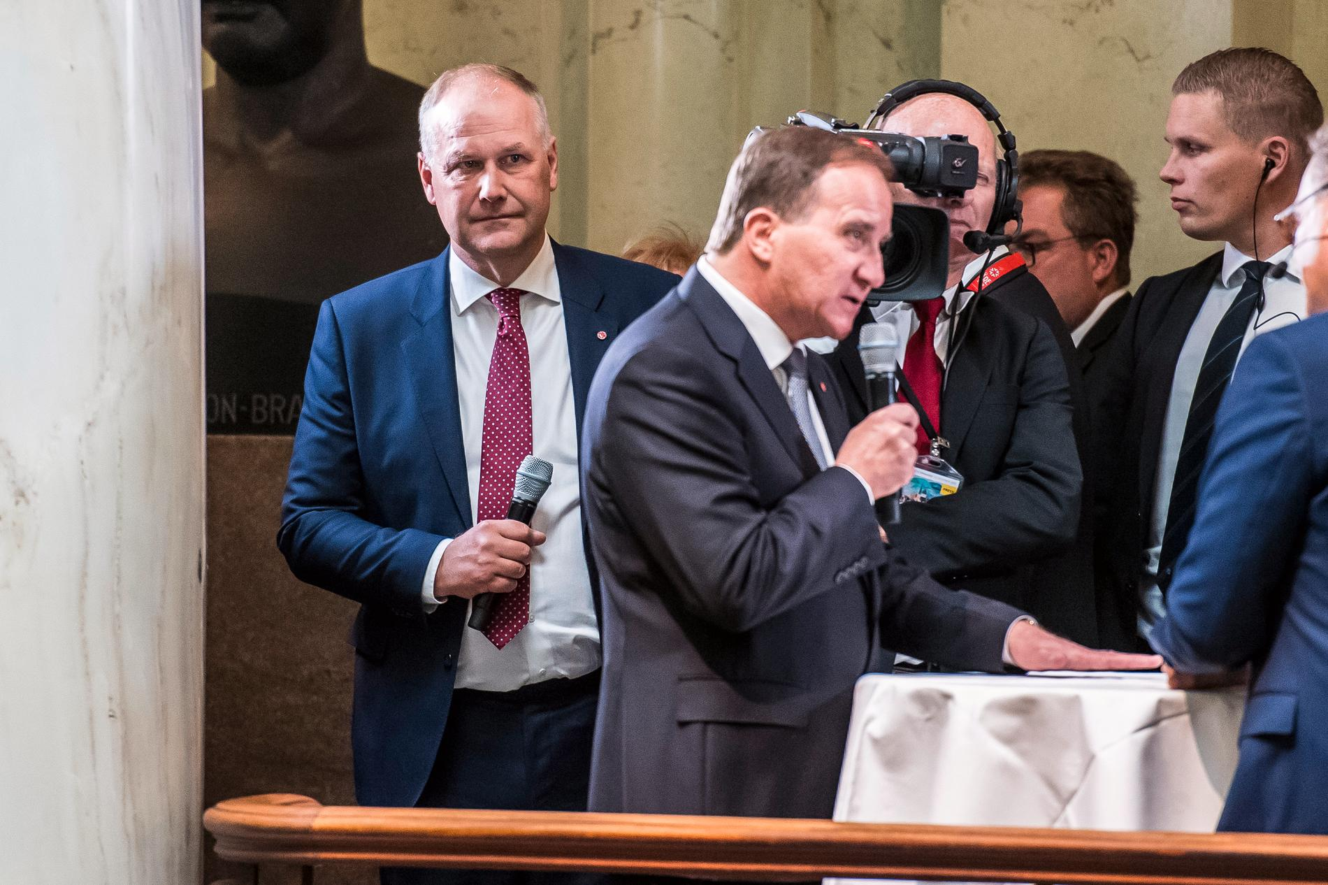 Jonas Sjöstedt och V har flera gånger hotat att fälla Löfven om utredningen blir lag.