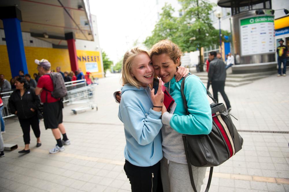 Fanny Adolfsson, 15, kramade om Nicole Khadivi, 14 som skakade av glädje.