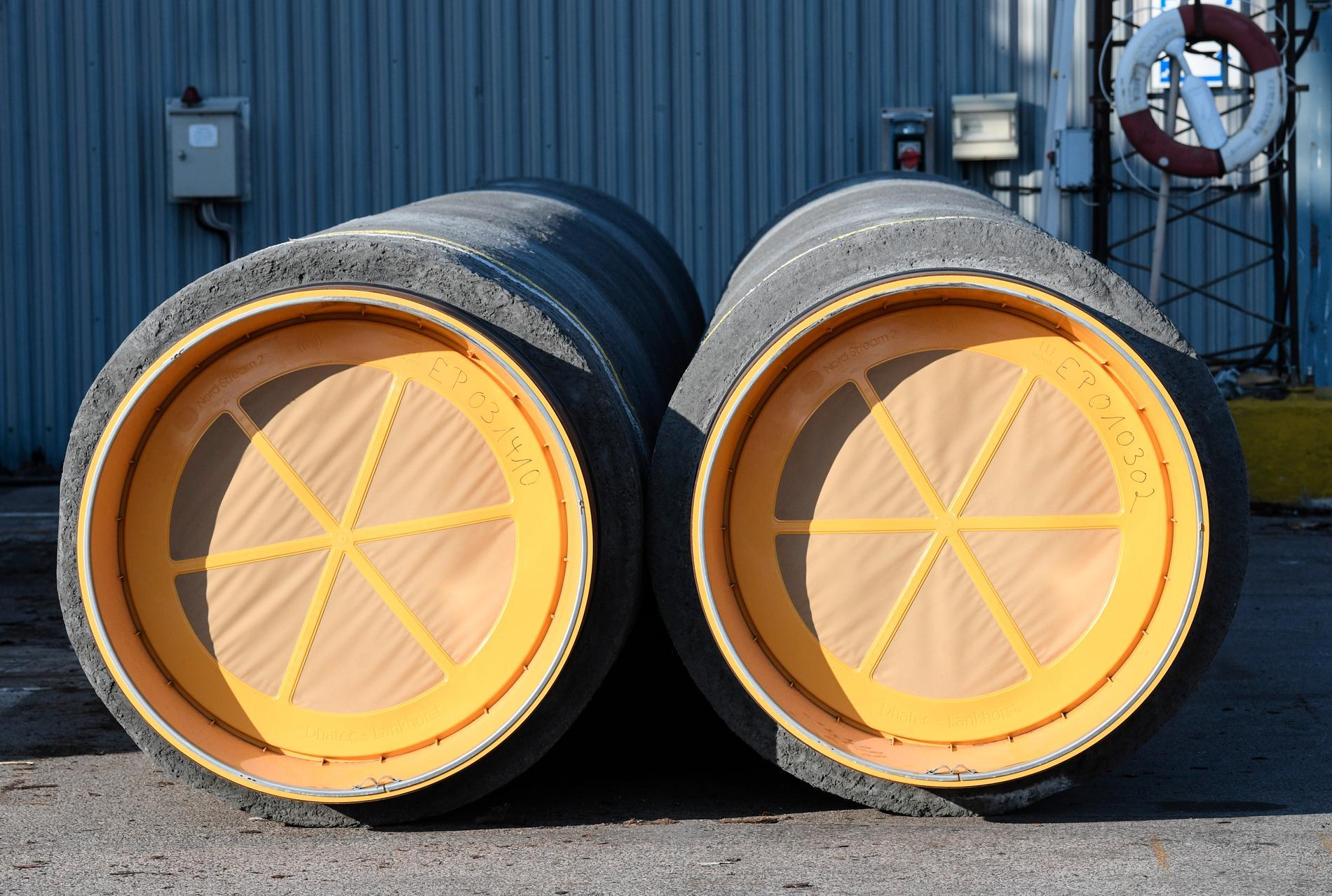 Två gasledningsrör av den typen som Nord Stream 2 lagrat i Karlshamn. Arkivbild.