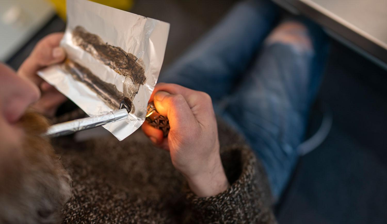 En man som röker heroin. Arkivbild.