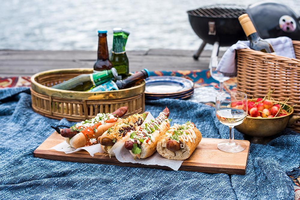 Korv med bröd – gott att äta ute .