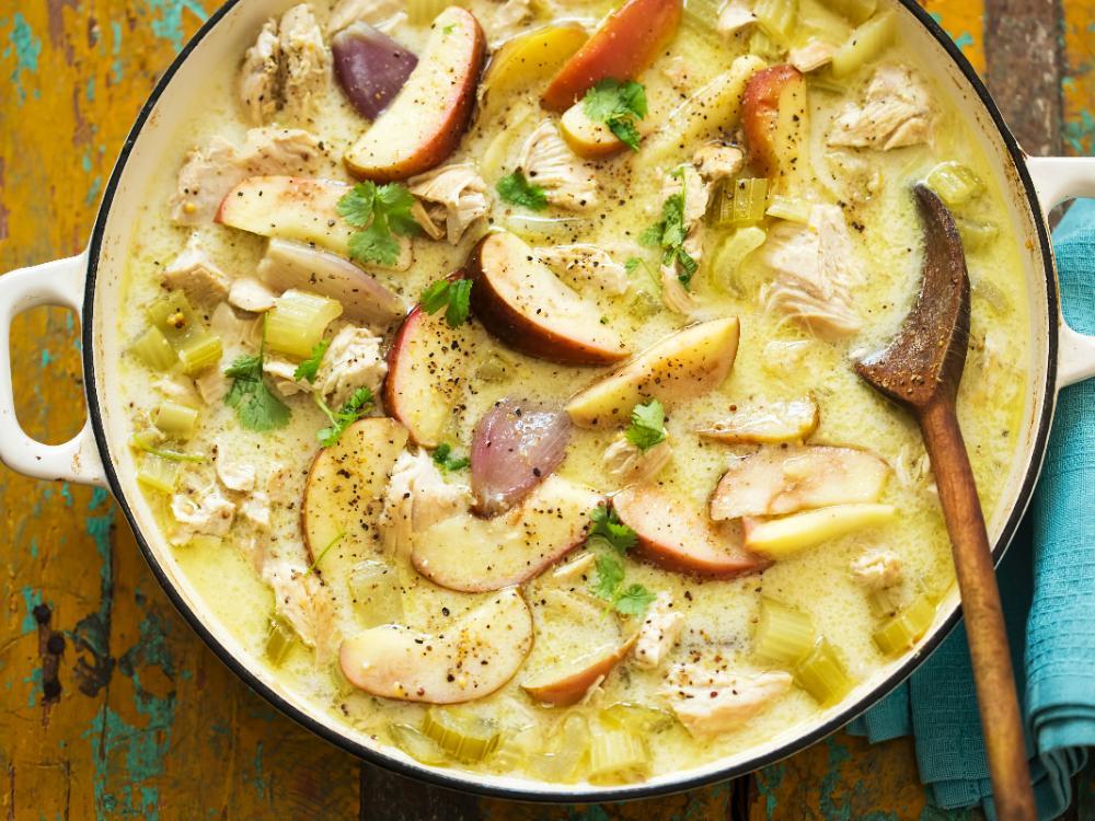 Kycklinggrytan med selleri och äpple har fina friska smaker.