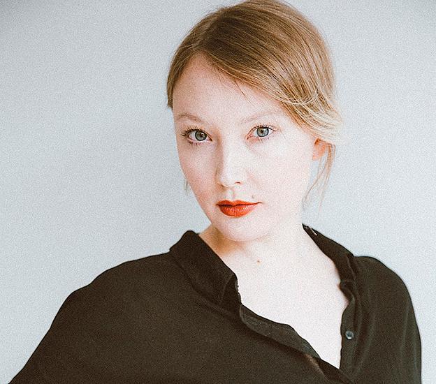 Emma Holm (född 1988) författare och litteraturkritiker  på Dagens Nyheter.