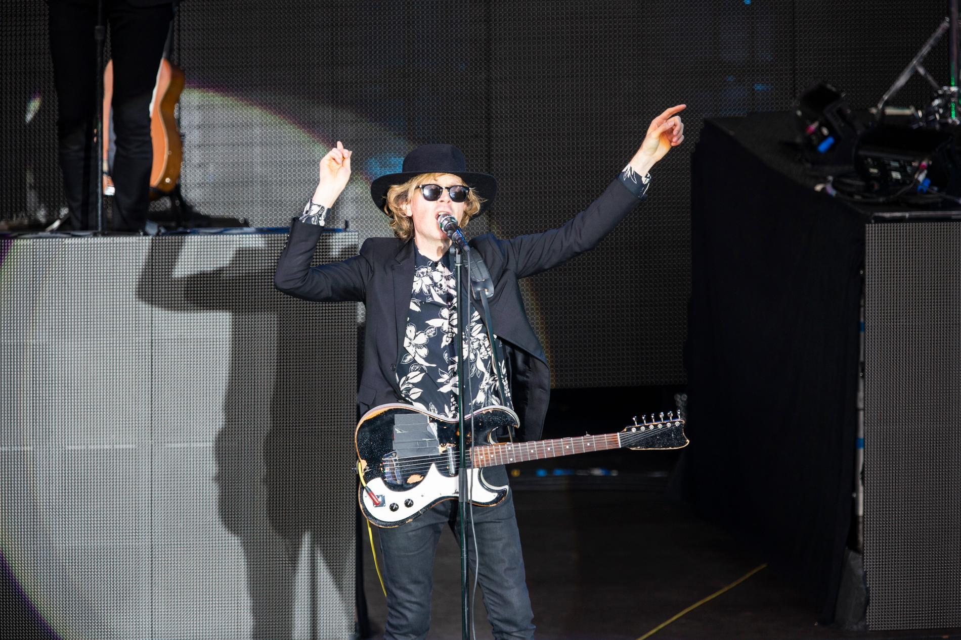 Beck är mer färgglad i musiken än på bild.