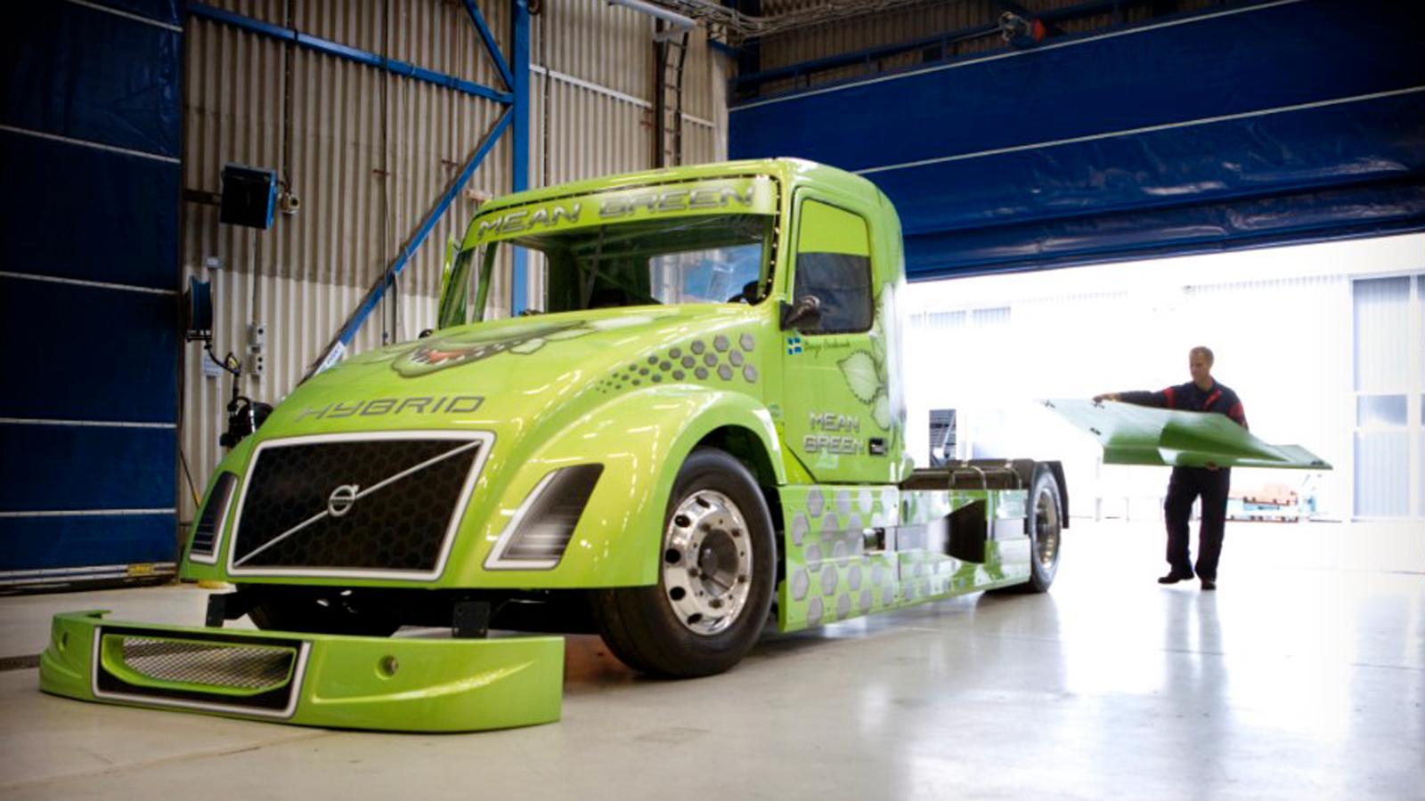 Mean Green är namnet på trucken som ska bärga rekordet för Volvo.