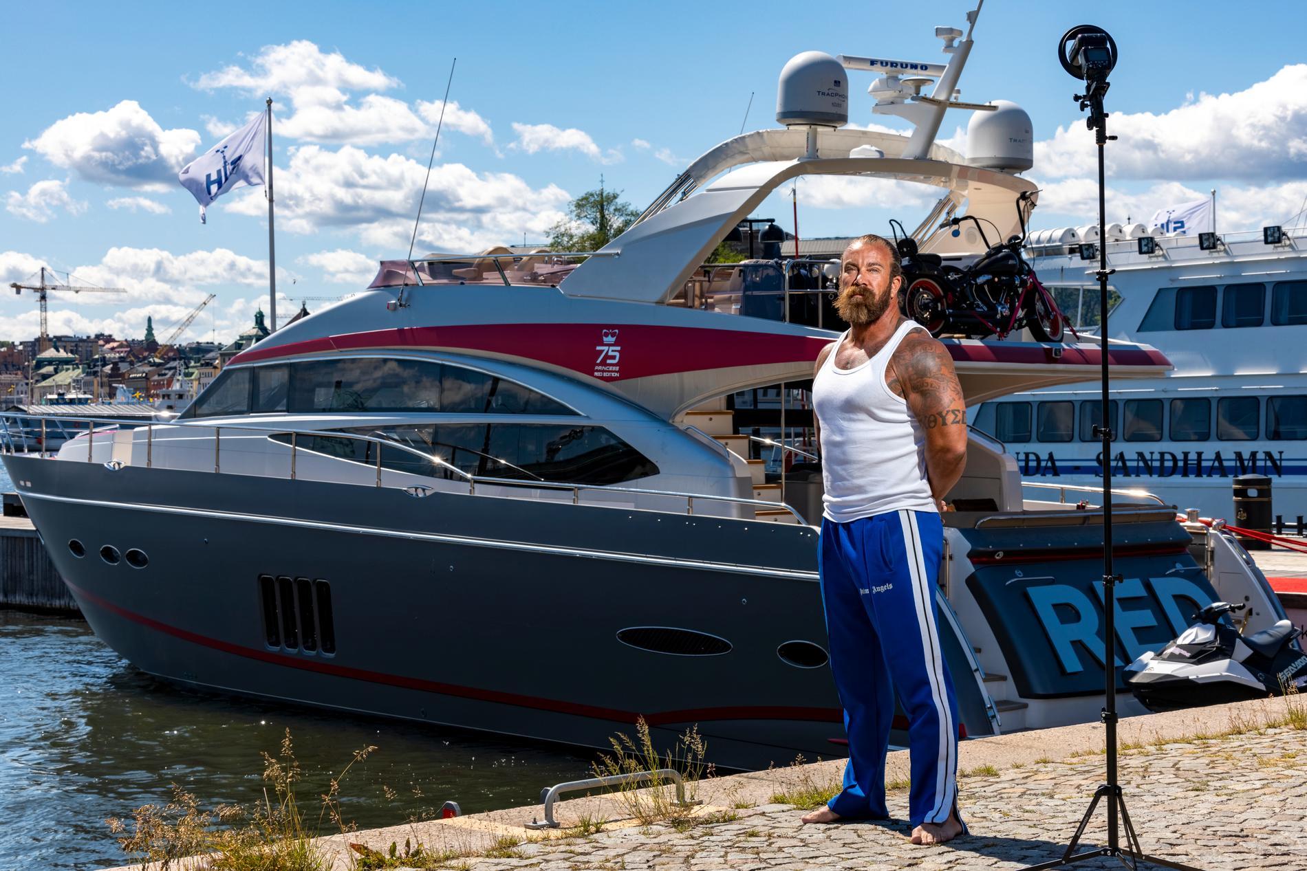Jan Emanuel Johansson vid sin yacht Red