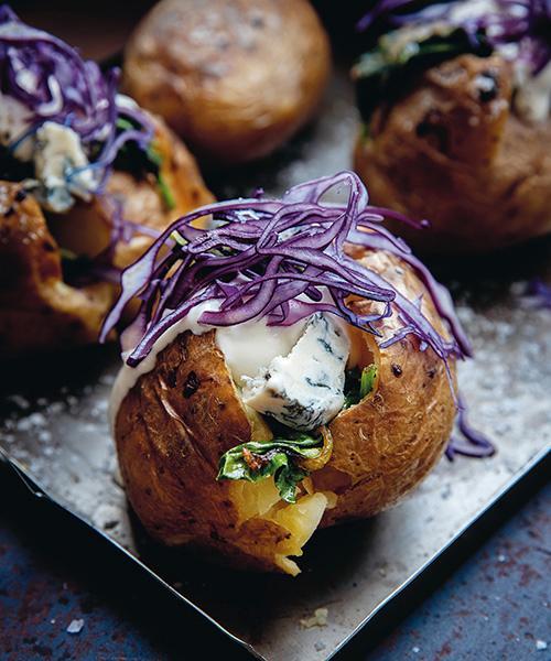 Krämig ost som får smälta ner i den varma bakade potatisen.