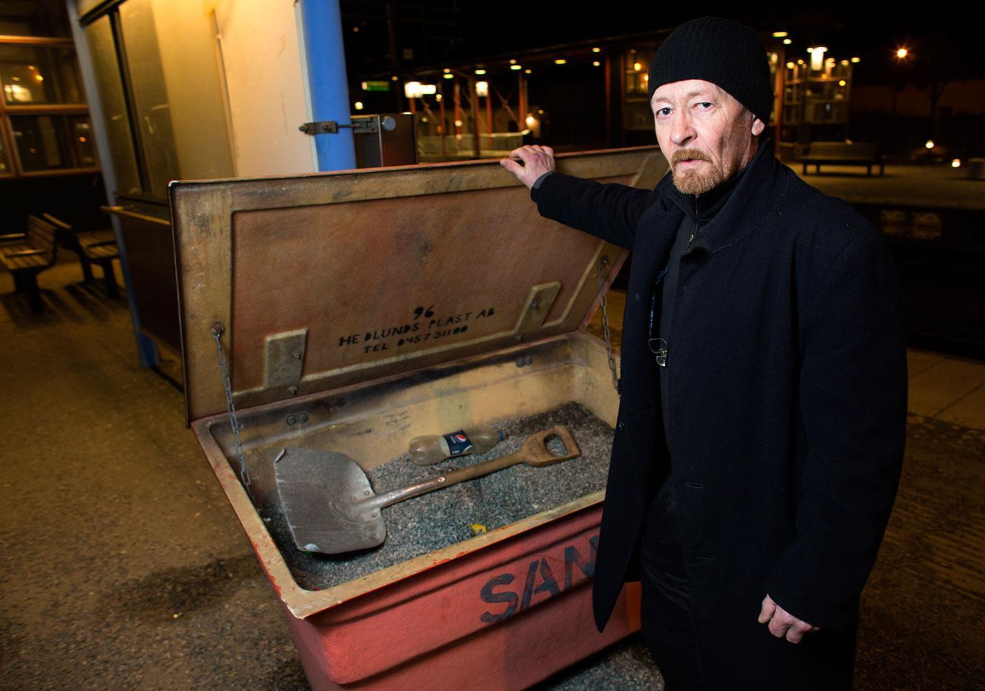 Sten Högman och hans fru såg hur mannen låg och sov i lådan. De larmade polis – men ingen kom.