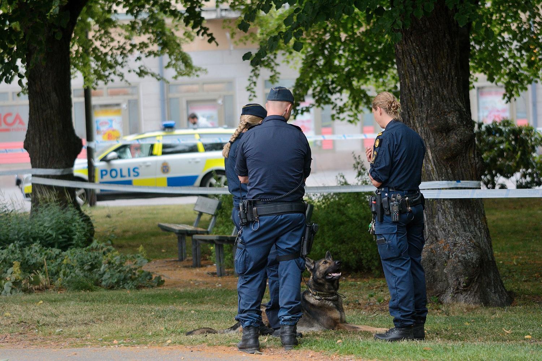 Polisen har spärrat av ett området kring brottsplatsen i Örebro.