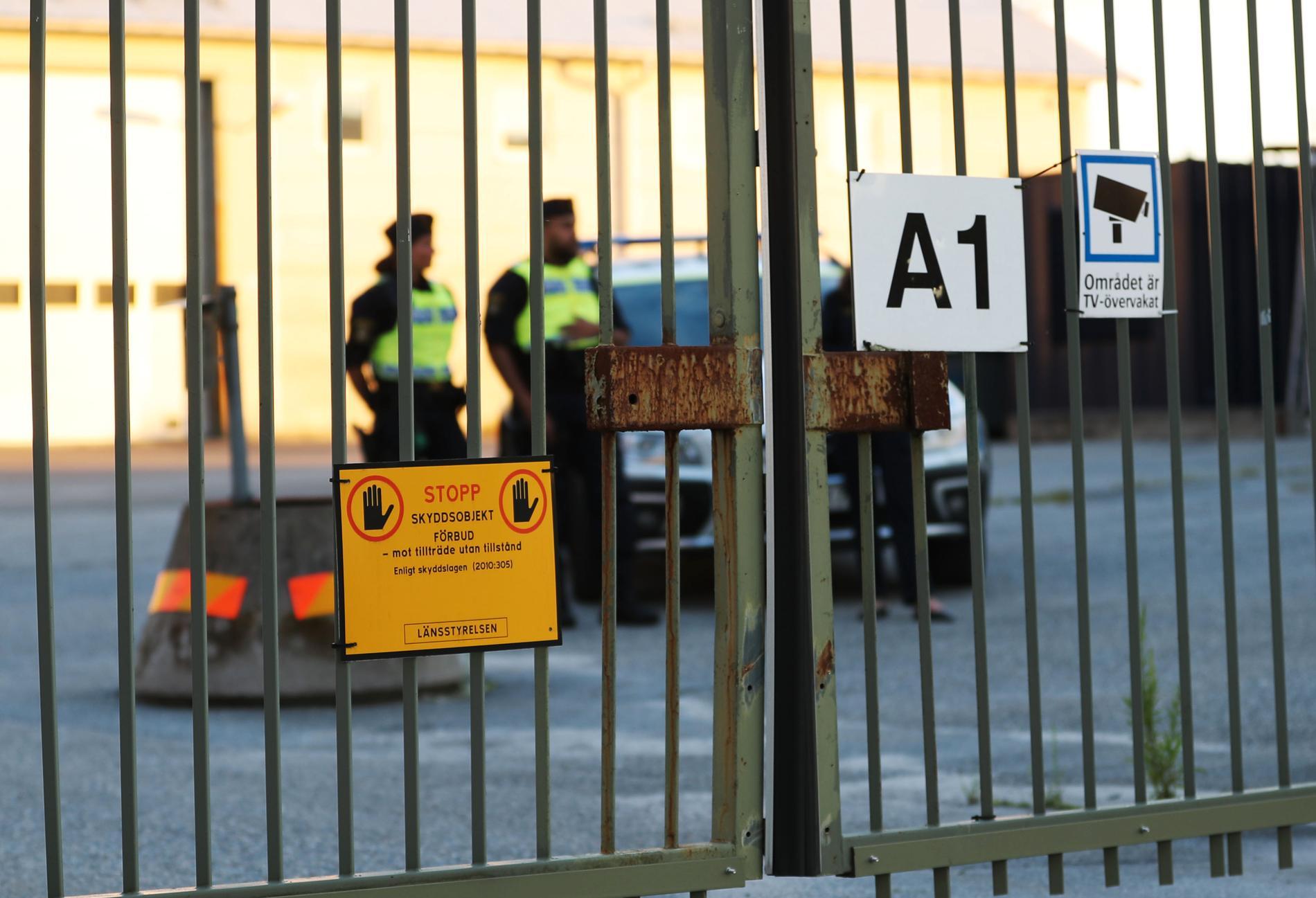 Poliser inne på Örebro flyplats där flygplanet kraschat.