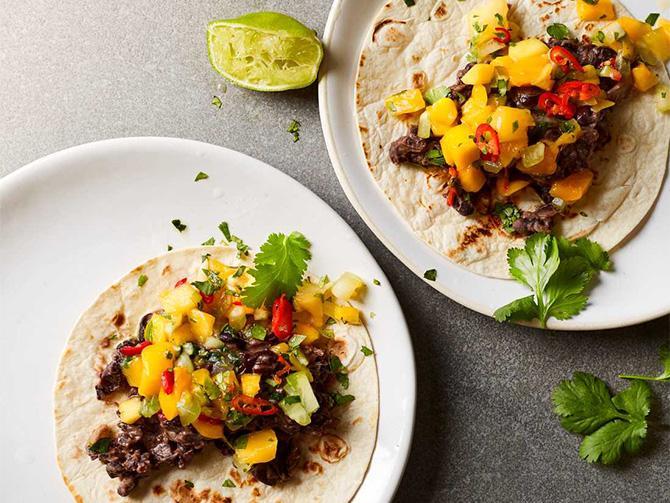 Refried beans med mangosalsa och fetaost är en perfekt rätt till cookalong, tipsar Frida Lund: