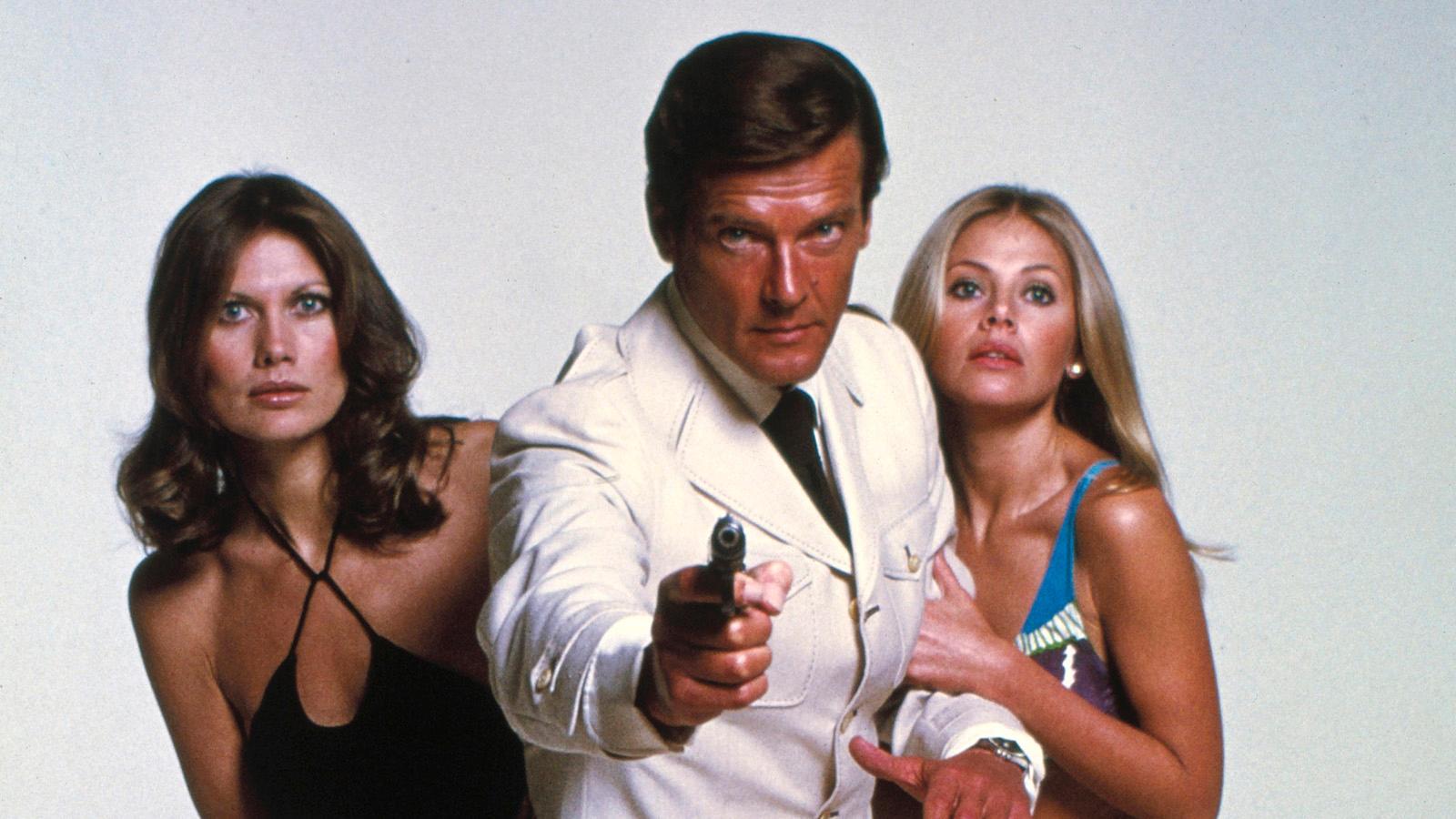 Svenska Bondbrudarna Maud Adams (till vänster) och Britt Ekland flankerar Roger Moore.