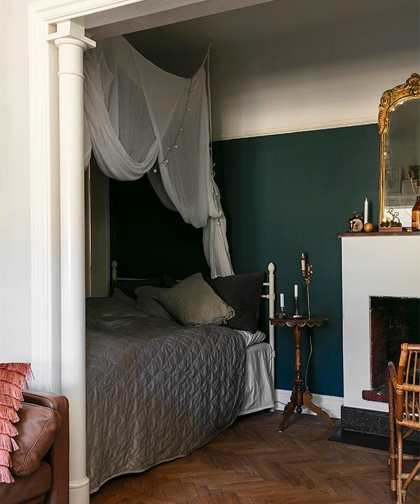 I Lottas sovrum hänger en sänghimmel från Ellos över sängen och sängkläderna är köpta på Ikea.
