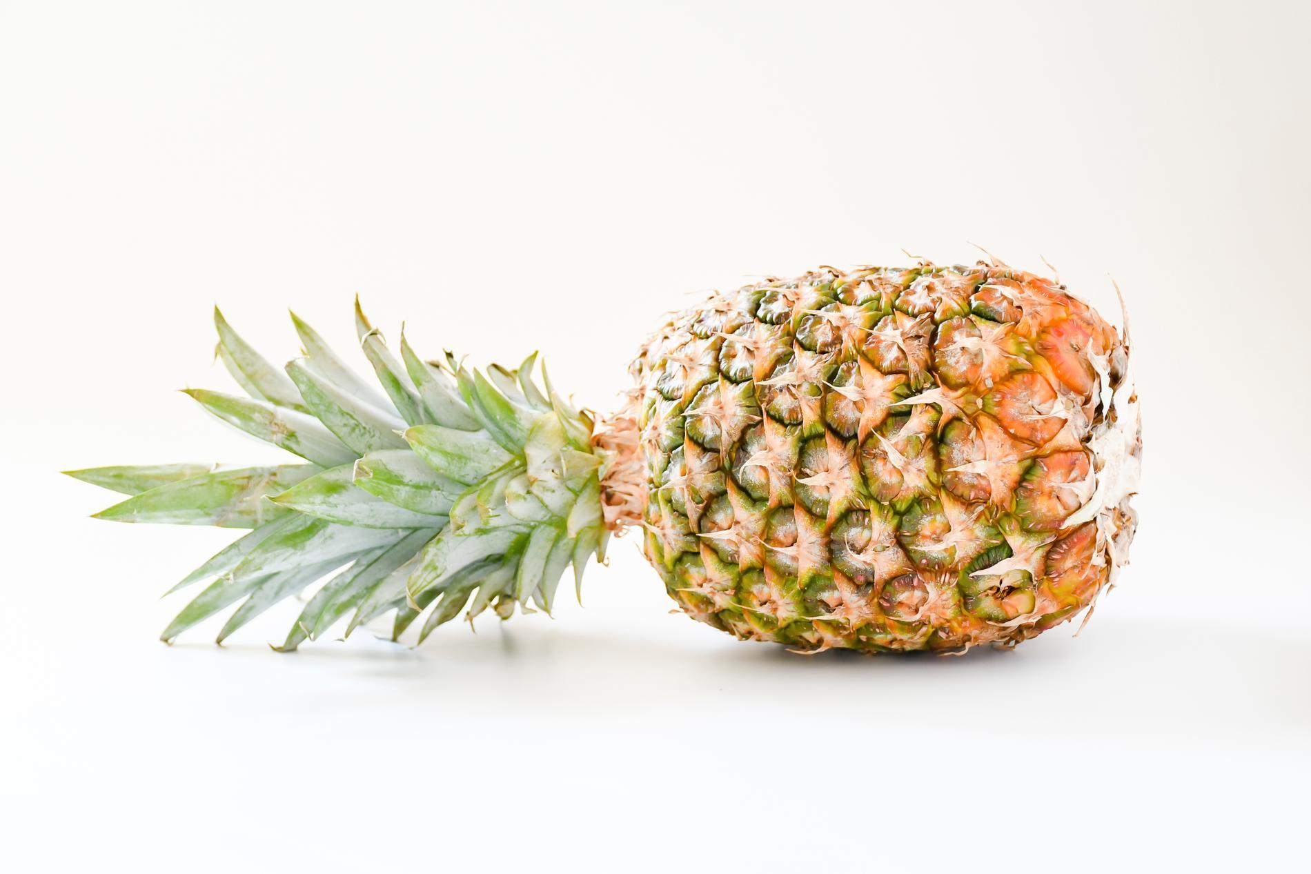 Fostret är stort som en ananas.