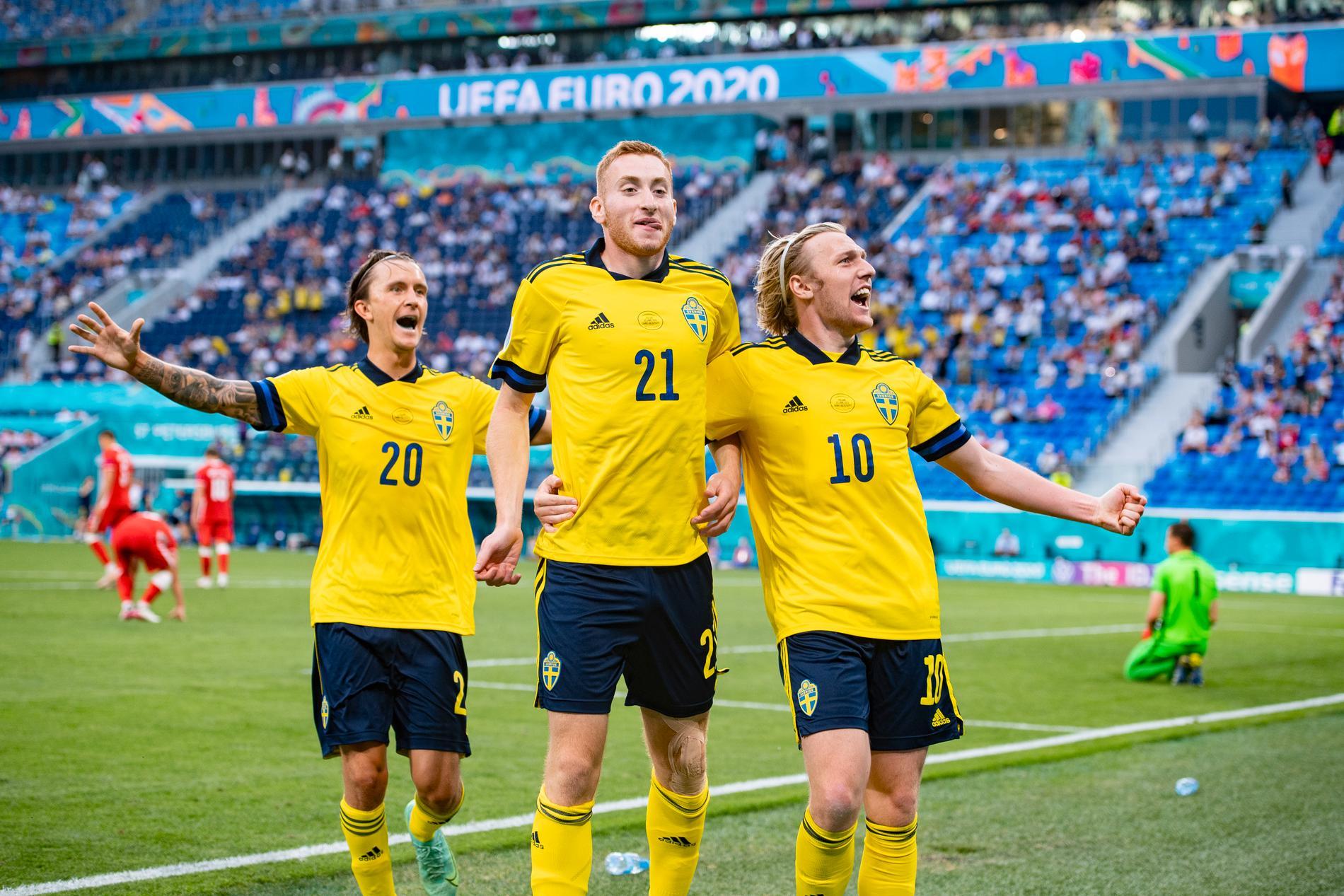 Kristoffer Olsson, Dejan Kulusewski och Emil Forsberg firar Sveriges 2–0-mål mot Polen.
