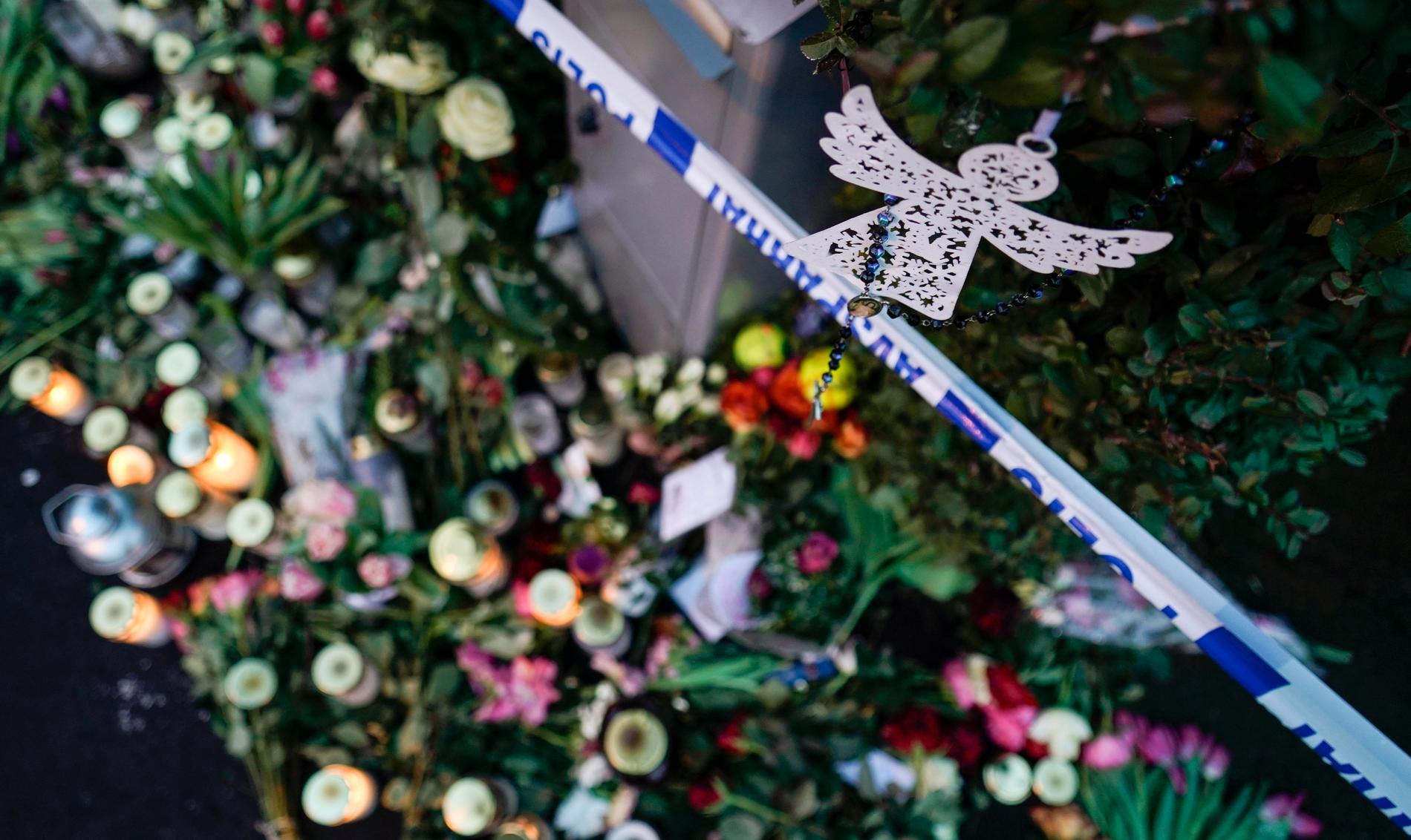Blommor och ljus utanför villan i Bjärred där fyra familjemedlemmar hittades döda i början av året. Arkivbild.