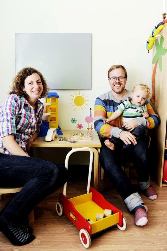 """Familj: Simone Moosmann, 28, Anders Dahlberg, 30, och Isak, 1. Gör: Anders är pappaledig och Simone är förskolelärare. Bor: Sollentuna. Bästa köp: """"Vi fyndade en fin åkpåse på Tradera för 200 kronor som kostade 2 000 kronor som ny, så det var ett kap."""""""