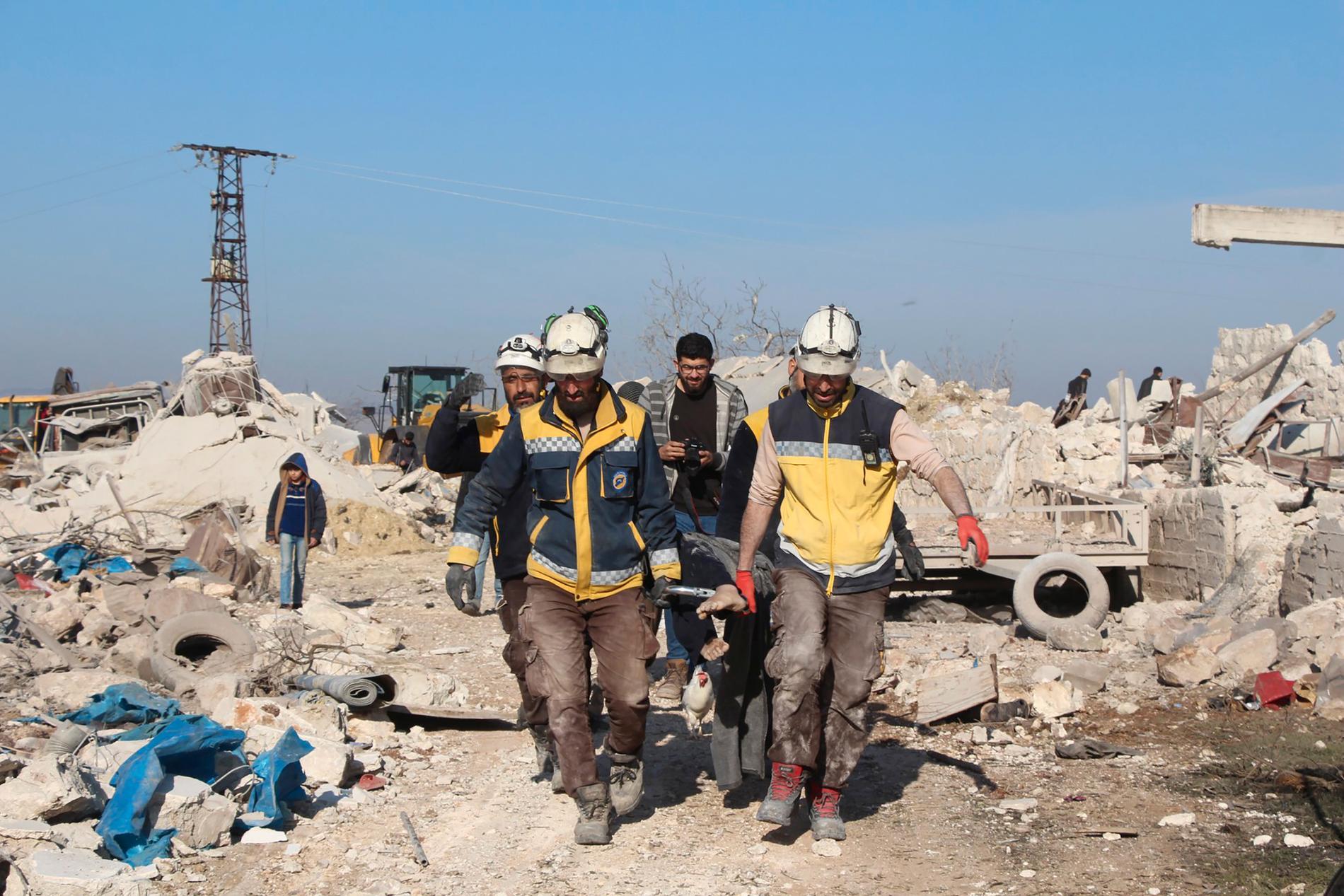 Räddningsarbetare i Idlib på torsdagen. Bilden kommer från den oppositionella civilförsvarsgruppen Vita hjälmarna och dess äkthet har styrkts av AP.