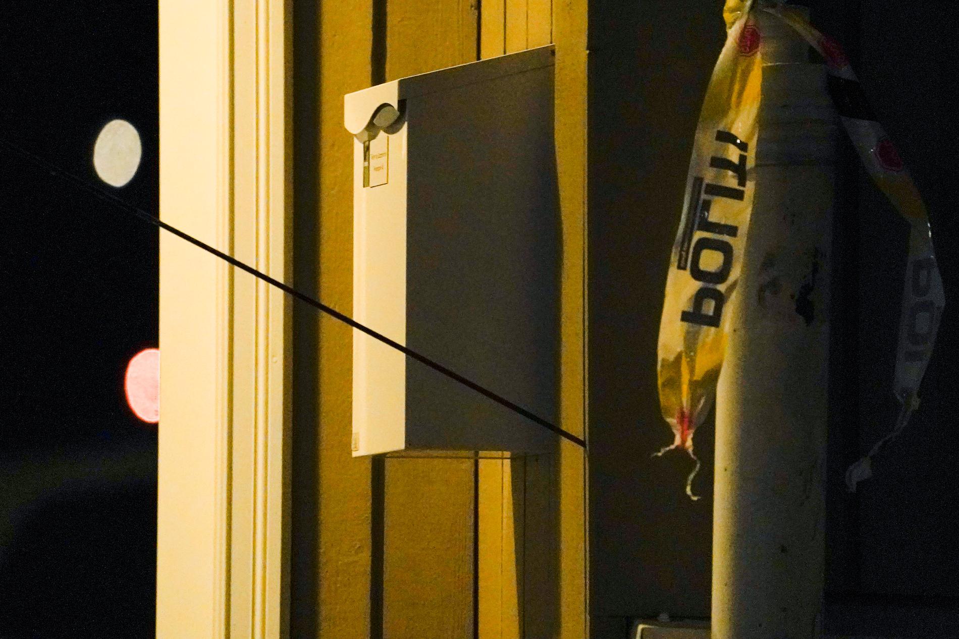 En pil i väggen som den misstänkte gärningsmannen skjutit.